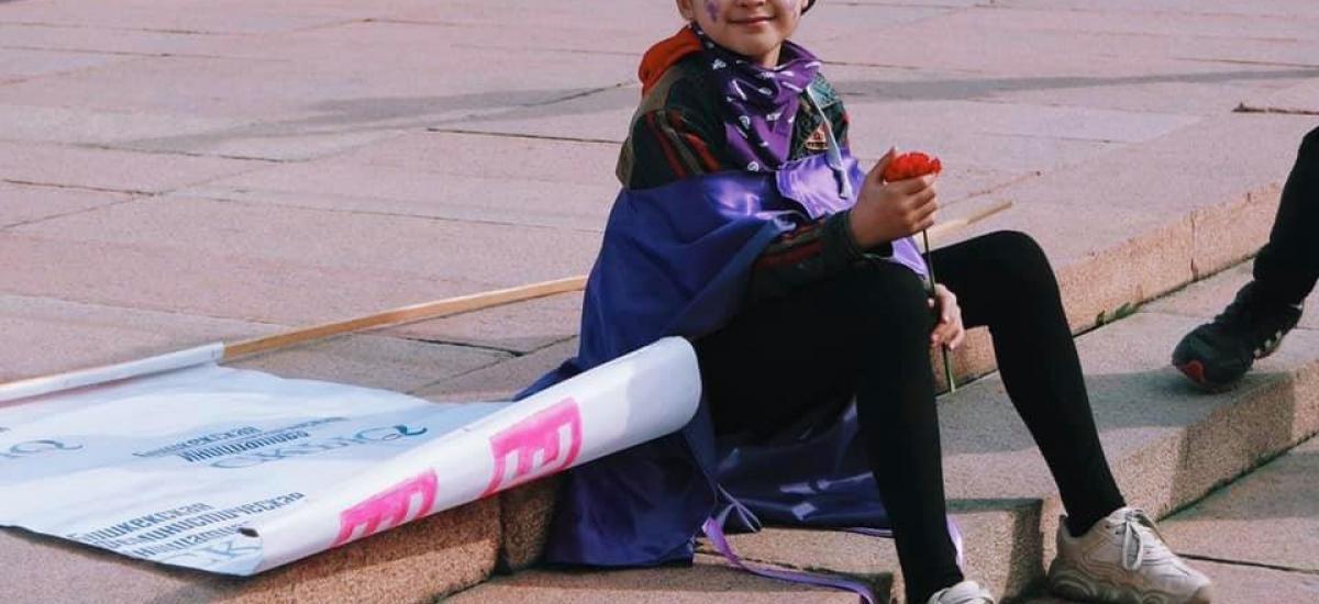 Девочка на марше 8 марта